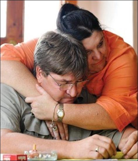Fraser Douglas widower murdered MagdaFraser PO mistress Jan192011 consoled by sister