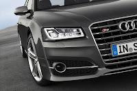 2014-Audi-S8-02.jpg