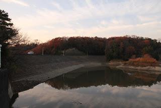 洪水吐よりダム湖側の堤体を望む