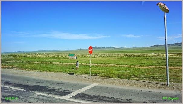 高速公路旁的蒙古老人
