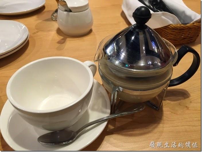 台北南港-古拉爵。原本的熱紅茶送成了熱奶茶,還蠻有質感的啦!所以這杯就收下了,不過另外一杯居然沒有紅茶在裡面,退貨請服務生重送。