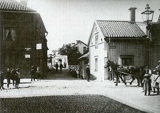 Svartbäckgsgångbron (Eddaspången) ligger mellan det gamla garveriet och tullstugan till höger