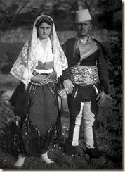 Una giovane coppia con i vestiti tradizionali (foto: Luigi Pellerano).