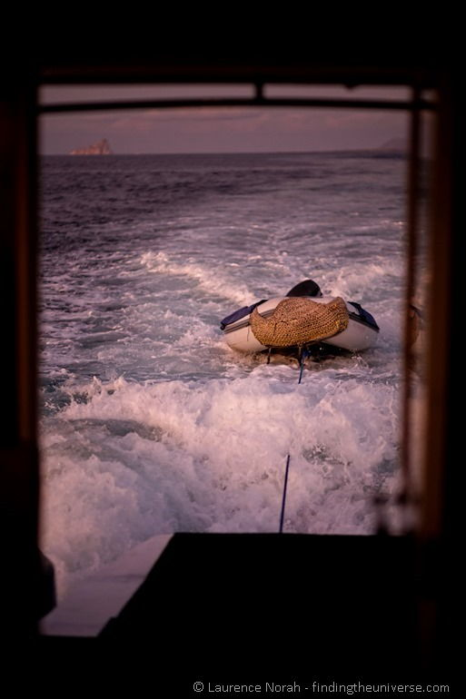 Schlauchboot bei Sonnenuntergang vor Kicker Rock, Galapagos