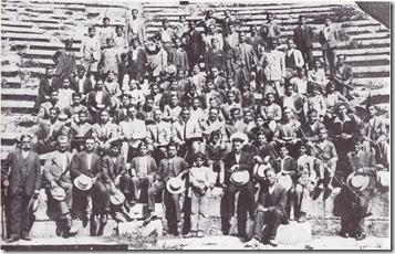 8-6-1931εκδρομή στους  Δελφούς απ'τα  έσοδα  θεατρικης  παράστασης σε Λιδορίκι και  Ερατεινή.Στο μέσοτηςβ'κερκίδας ο Γυμνασιάρχης Ευθ.Παπαθανασιου και  δεξιά ο φιλόλογος Χαραλαμπόπουλος