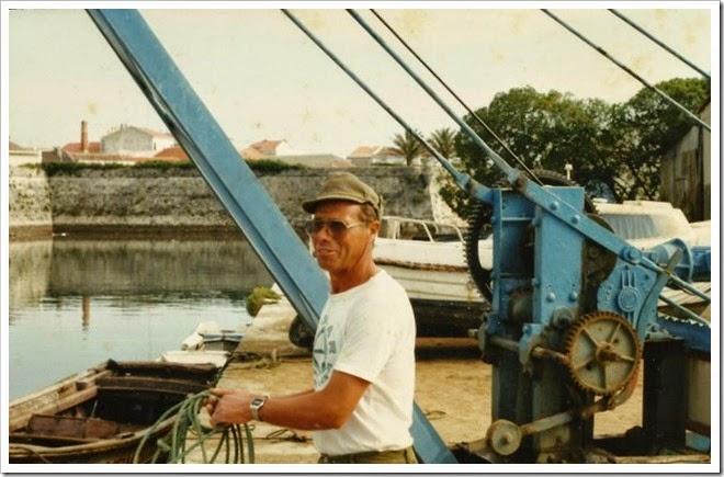 Manuel Sales a operar o guindaste no antigo clube naval-2002