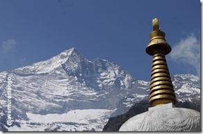 Stupa e montanhas