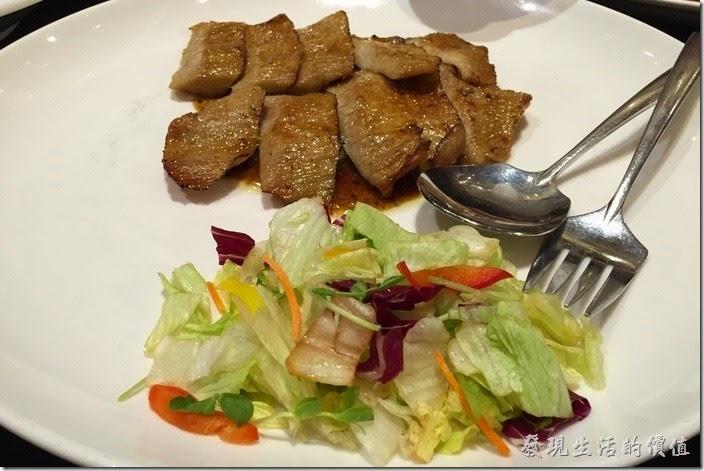 台北-維多麗亞酒店。祕製焦糖松板豬,這松板豬肉吃起來甜甜脆脆的,原來上面灑了許多焦糖,吃起來稍微給它不習慣,還好一旁還有生菜沙拉可以平衡一下。