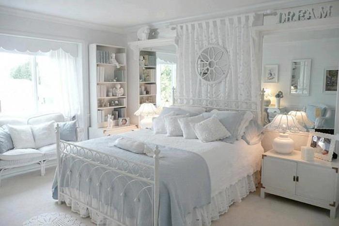 quarto de bebe com parede branca