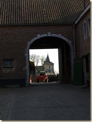 Liek (Oleye), Chaussée de Nivelles: door de achterste poort van deze vierkantshoeve ziet men de kerk