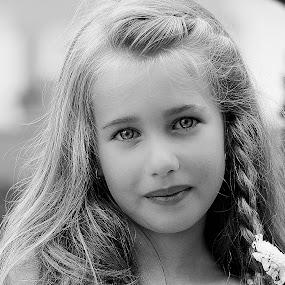 Innocent eyes by Fernanda Magalhaes - Babies & Children Child Portraits ( girl, children, baby, close up, portrait )