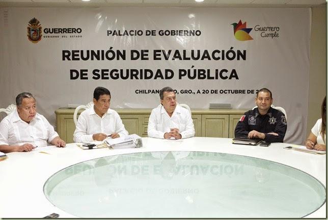 PIE DE FOTO- ÁNGEL AGUIRRE RIVERO, UNA REUNIÓN DE EVALUACIÓN EN MATERIA DE SEGURIDAD DONDE SE ACORDÓ CON