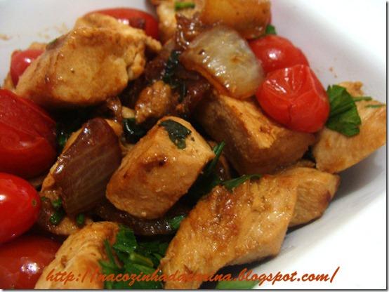 cubos-de-frango-grelhados-com-tomatinhos-e-cebola-.JP2