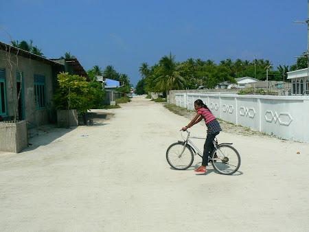 6. pe strazile din Himmafushi.JPG