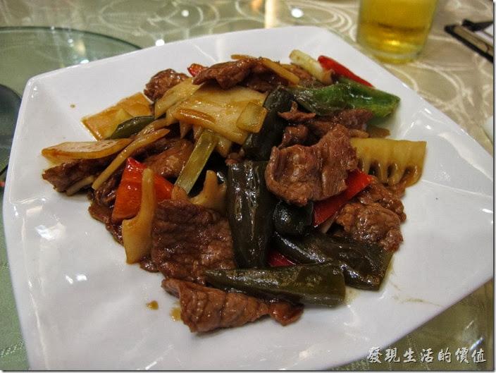 上海-寶島曼波。剝皮辣椒牛肉,這剝皮辣椒已經沒有辣的味道了,只剩下稍微鹹鹹甜甜的滋味,配上鮮嫩的牛肉,口感還不錯。