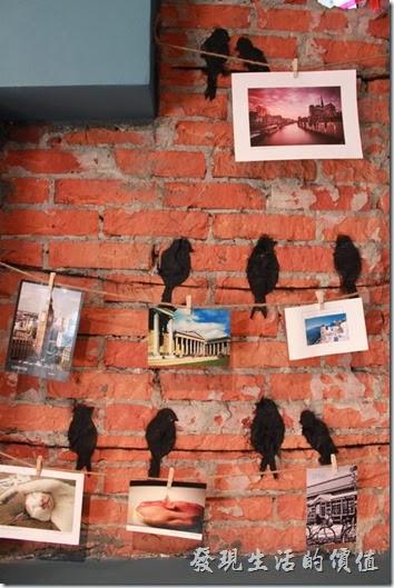 台南-PianoPiano。這片特意保留下來的紅磚牆應用陰影的效果,噴上一些電線站著小鳥的影子。