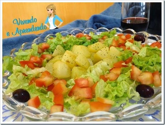 Salada com batata sauté