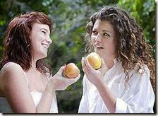 Donne che mangiano una mela