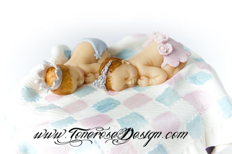 Lilla dåpskake tvillinger - søte babysko i marsipan, marsipanbaby