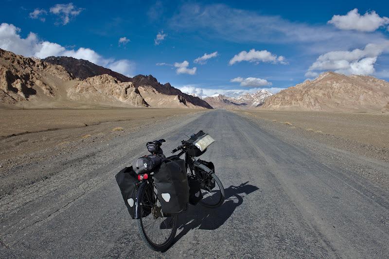 Drumuri intinse pe platoul Pamirului.