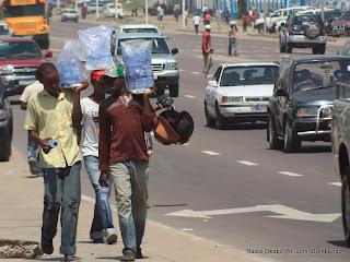– Des vendeurs de l'eau potable ce 22/o3/2011 sur le boulevard du 30 juin à Kinshasa. Radio Okapi/ Ph. John Bompengo
