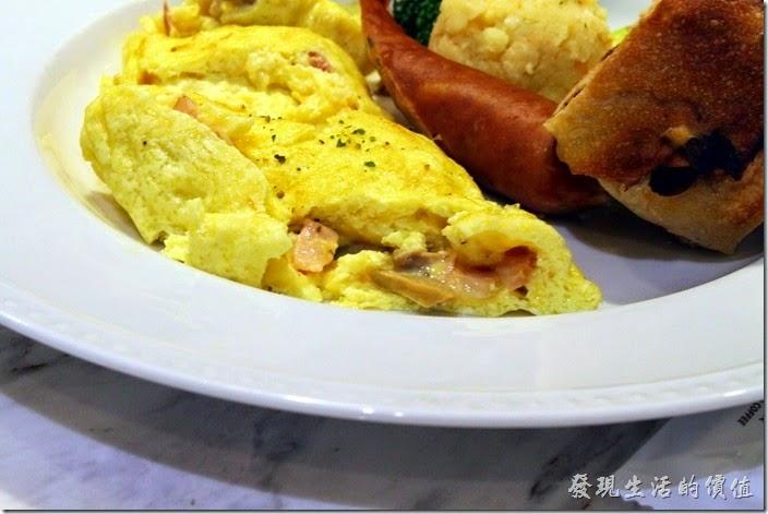 台南-地球咖啡烘培美食-早午餐。蘑菇燻肉起士蛋捲內有蘑菇及燻肉。蛋捲有點老,但已經不錯了,我自己還沒有辦法煎得這麼漂亮呢。