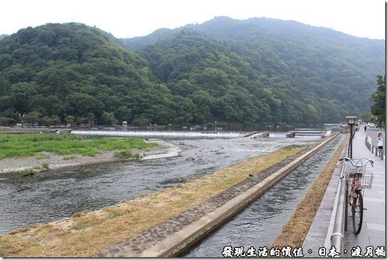 日本-渡月橋,畫面遠方的地方有些小舟,不知道是不是「鵜飼捕魚」的場所?