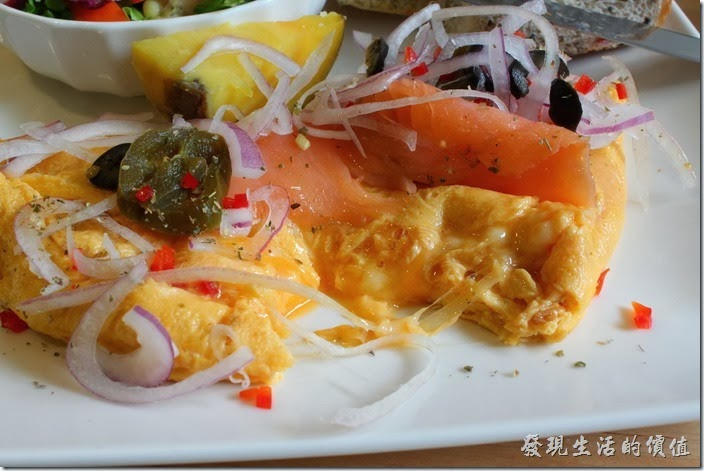 台南-PICTURESQUE早午餐。歐姆蛋切開後裡面還是非常的Juice,老實說不太喜歡沒有熟的蛋,不過這歐姆蛋加了起司,吃起來非常的對味,切一片鮭魚或著歐姆蛋與起司一起食用,味道配合的剛剛好。