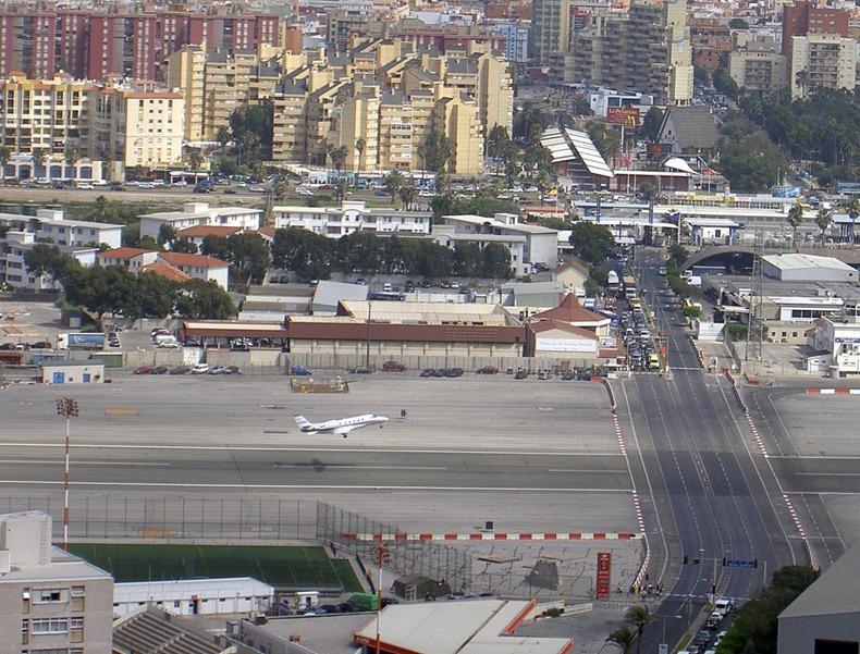 اغرب مطار العالم مدرجه يتقاطع gibraltar-airport-5%