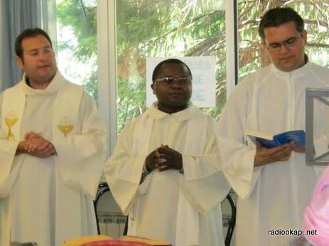 Père Jean-Bosco au milieu, en Italie en juin 2010.