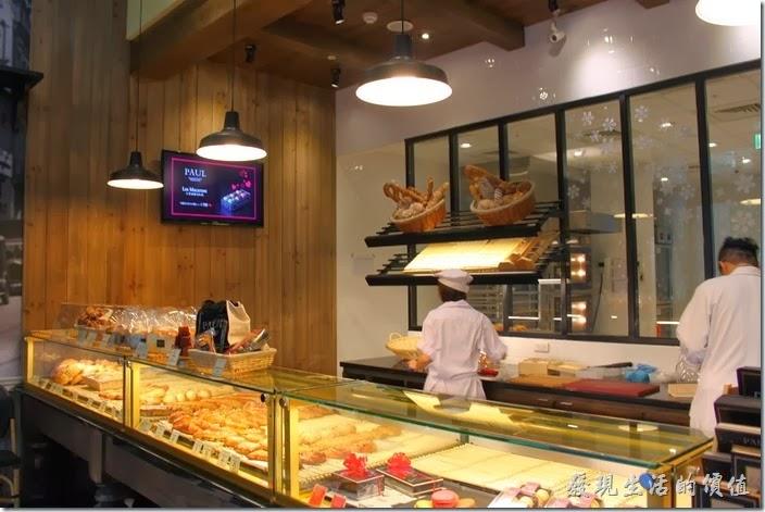 PAUL台北內湖店的前台,這裡有玻璃櫃台販賣著剛出爐的麵包,可以內用也可以外帶。