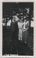 Links de heer en mevrouw Hidding en rechts (juf) H. Katerberg-Gols.