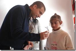 Juan Pablo de Jesús entregó anteojos a chicos con problemas oftalmológicos