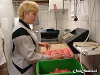 Werken op het ATC (arbeids trainings centrum): oa. inpakwerk en hout kloven of tijdens de externe stage bij de bakker of de slager veel werkervaring opdoen (5)