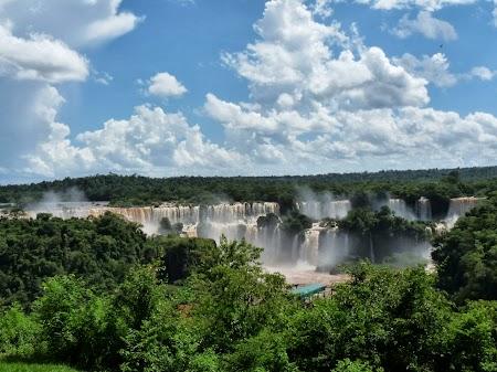 Cascada Iguazu de la distanta
