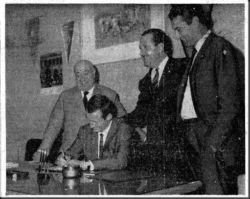 Gallego firmando por el Barça