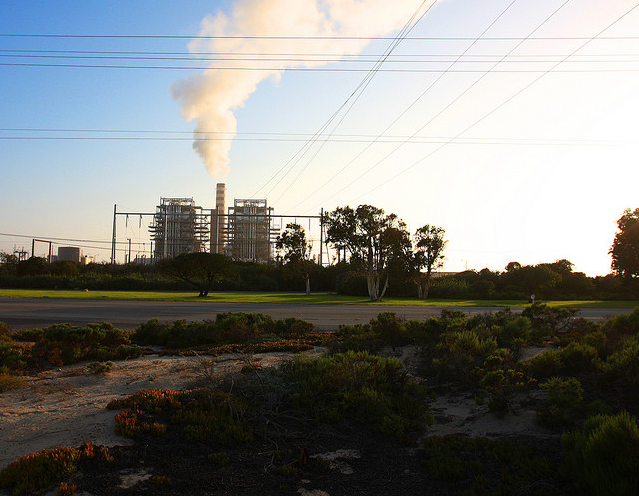 Coal-fired power plant in Oxnard Dunes, Oxnard, California, on 9 May 2009. Rennett Stowe / flickr