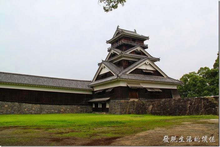 日本北九州-熊本城。這個就是熊本城中僅存沒有在當年西南戰爭時被燒毀的「宇土櫓」木造建築。因為「宇土櫓」是真正的古蹟,而且是木頭建造的,所以被特別的保存與重視,進入「宇土櫓」必需要拖鞋,然後穿著襪子爬「宇土櫓」,還真的別有一番滋味。參觀「宇土櫓」的時候要注意,其樓梯非常的狹窄且陡,老人家或是幼兒及行動不便者建議不要爬上去。