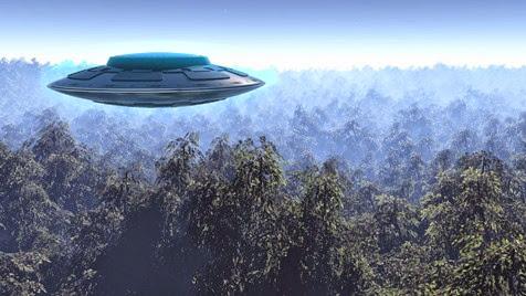 Ελικόπτερο φαίνεται σαν να παρατηρεί τα UFO