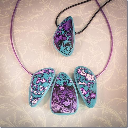modro/vijolični obesek in ogrlica
