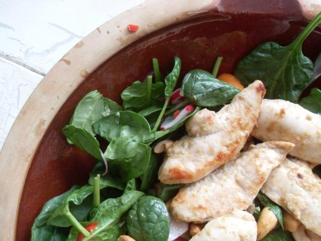 Spicy salat med bebyspinat og kylling