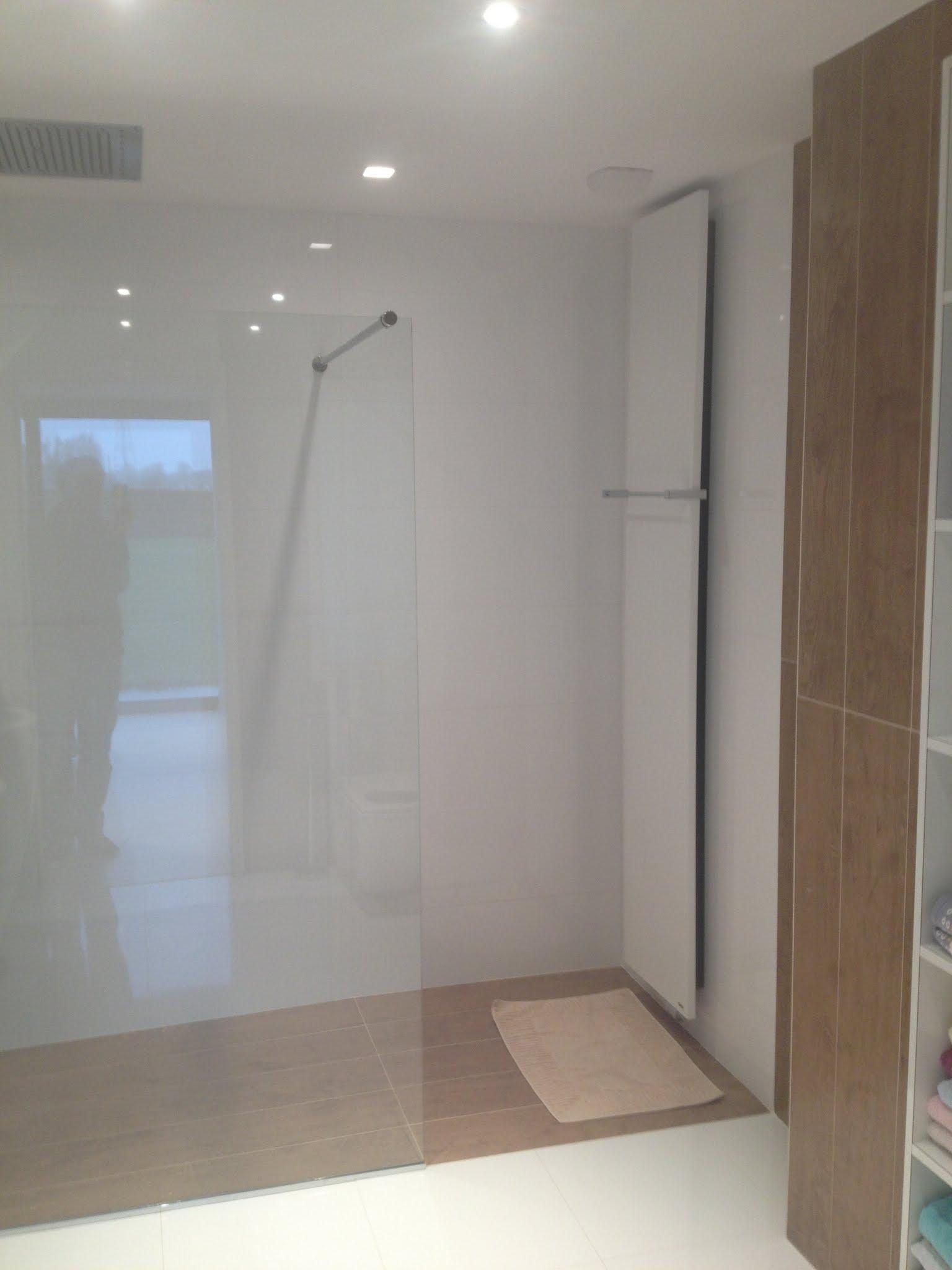 R alisation d 39 une salle de bain avec carrelage aspect bois for Wc dans salle de bain