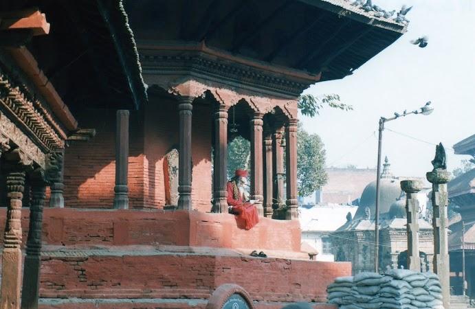 Imagini Nepal: sadhu citeste ziarul.jpg