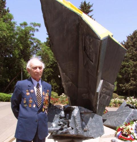 У памятника воину - еврею в Хайфе