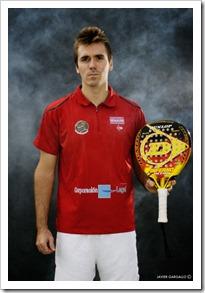 La empresa Corporación Legal sponsoriza al campeón de europa de pádel, Rubén Rivera.