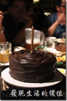 台北-美麗華金色三麥。生日套餐,六吋巧克力蛋糕。非常綿密好吃,不是那種鬆鬆垮垮的蛋糕。