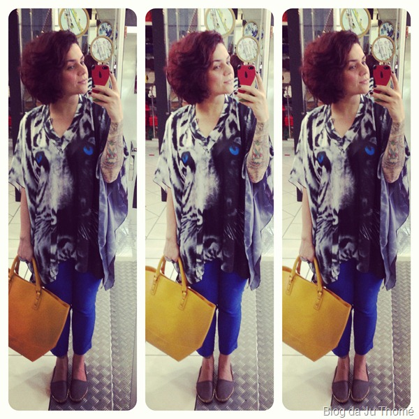 look calça azul, bata com estampa de tigre e maxi bolsa amarela (2)
