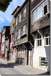 Encore de nombreuses maisons avec leurs façades en bois.