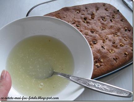 Prajitură cu iaurt şi lămâie - insiropam cu zeama de lamaie