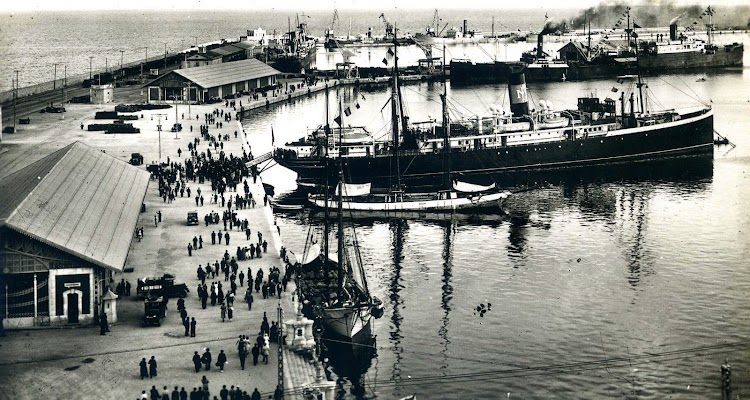 Vapor MALLORCA en el puerto de Alicante (o Tarragona), ya en la época de Trasmediterránea. Postal.JPG
